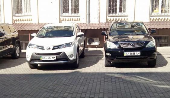 До господарського суду Києва їздять тільки на елітних авто (фото)