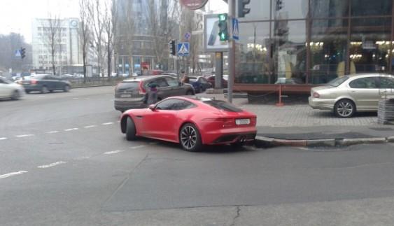 «Автохам» покинув спортивний Jaguar F-Type прямо на перехресті