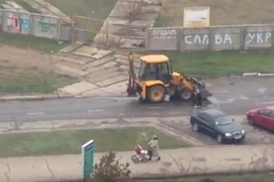 Як в Україні кладуть асфальт під дощем (відео)