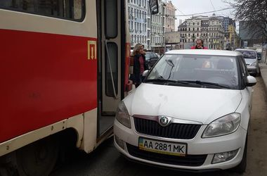 """Черговий """"герой парковки"""" заблокував рух трамваїв"""