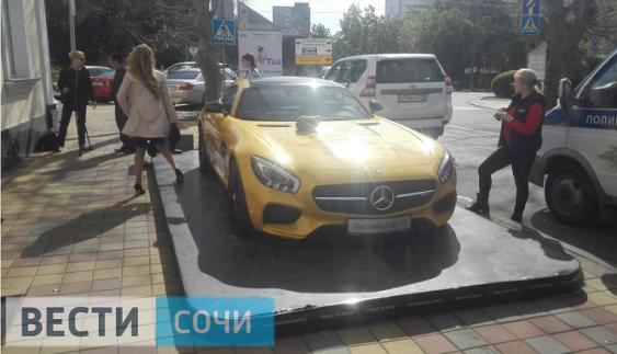 У Росії перехожі познущалися над cуперкаром Mercedes-AMG GT S (ФОТО)