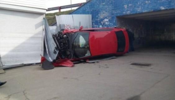 Авто звалилося з дороги на кіоск: з'явилися фото