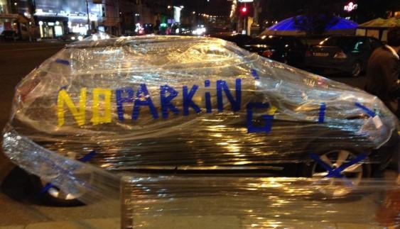 За неправильне паркування машину запакували у плівку (ФОТО)