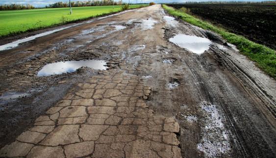 На Львівщині люди перекрили розбиту дорогу (відео)