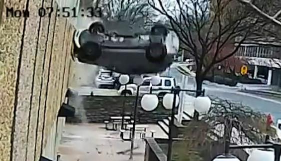 Невдало припаркувалася: дівчина на машині випала з 4-го поверху (відео)