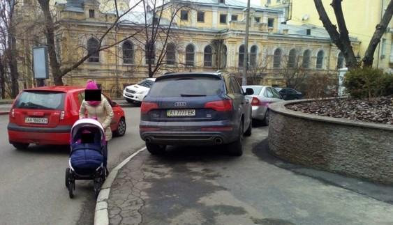 Як водій Audi переплутав тротуар з місцем для паркування