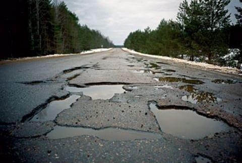 Місцеві жителі своїми силами ремонтують дороги на Донбасі (відео)