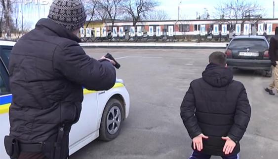 Як поліцейських вчать затримувати небезпечних злочинців (відео)