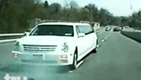 Як довжелезний лімузин втікав від поліції заднім ходом (відео)