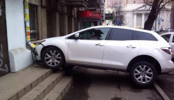 Як дівчина-водій вирішила припаркувати «Мазду» на ґанку