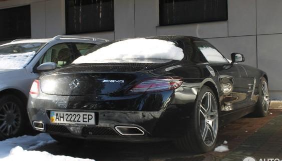 Картина маслом: суперкар Mercedes-Benz SLS AMG з донецькими номерами на парковці в Талліні