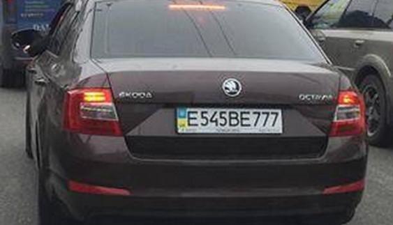 Новина однією картинкою: по Києву їздить Skoda з замаскованими російськими номерами ?!