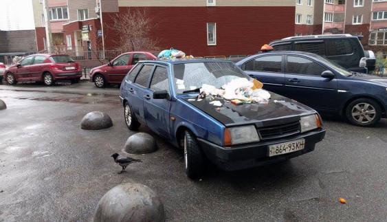 """З """"героя парковки"""" зробили смітник (ФОТО)"""