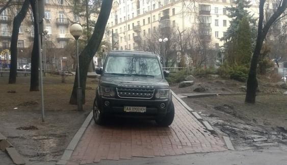 «Герой парковки» на Land Rover встиг втекти від поліції (ФОТО)