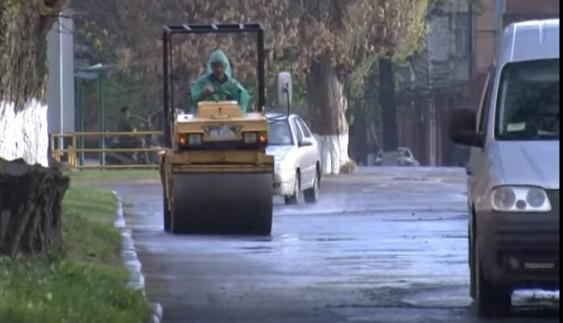 Дорожні служби продовжують дивувати своїми технологіями ремонту доріг (Відео)