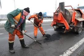 """Ремонт доріг """"по-українськи"""": один працює за всіх"""
