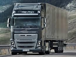 Вантажівка Volvo готується зрушити з місця автопоїзд масою 325 тонн
