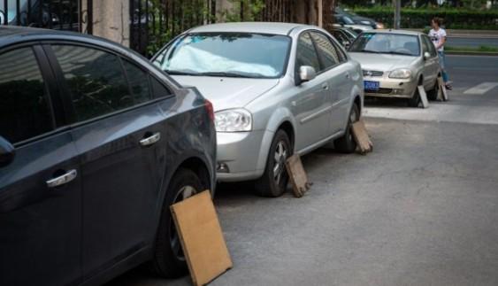 Навіщо китайці захищають покришки автомобілів від собак