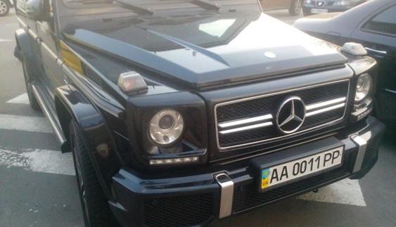 """""""Автохам"""" на дорогому позашляховику Mercedes-Benz наплював на інших учасників руху"""