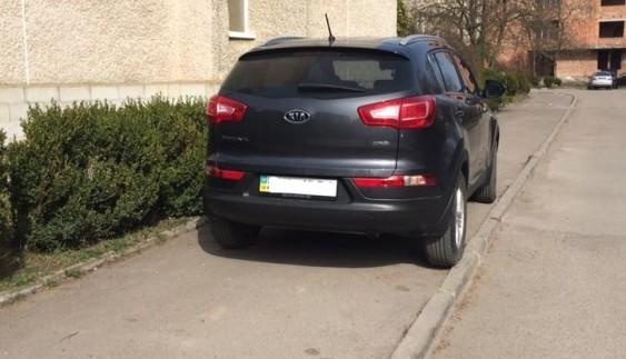 """Українці продовжують демонструвати """"шедеври"""" у стилі паркування"""