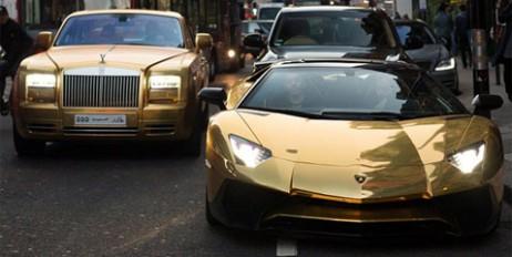 Справжній золотий кортеж з авто помітили у Лондоні (відео)