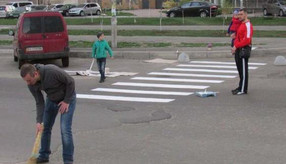 Дожилися: в Києві люди самі намалювали пішохідний перехід