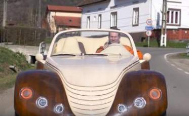 Румунський фермер виготовив електромобіль з дерева (відео)