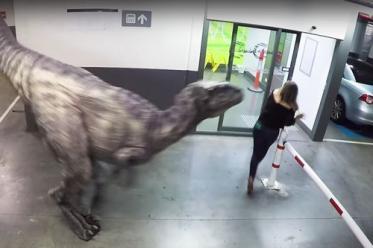 Як динозавр на парковці до смерті налякав людей (відео)
