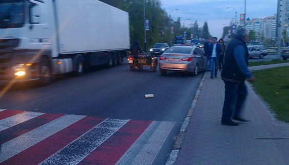 """На Київщині пішоходи придумали новий вид """"вибивання"""" грошей з водіїв"""
