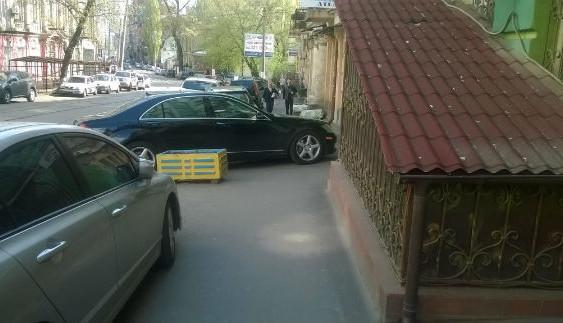 """Водій розкішного авто з номером """"ВР"""" став """"героєм паркування"""""""