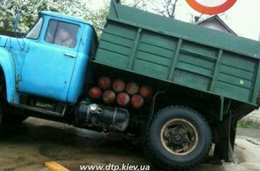 Українські дороги: як вантажівка провалилася в яму на дорозі