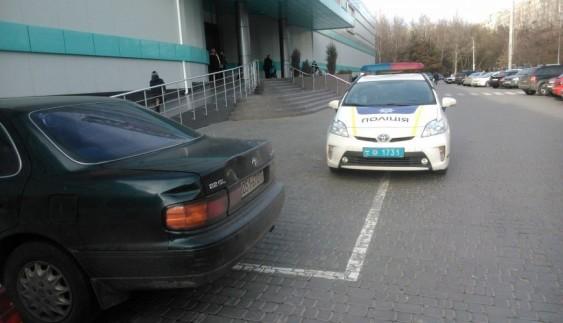 Добірка поліцейських, які полюбляють порушити правила парковки