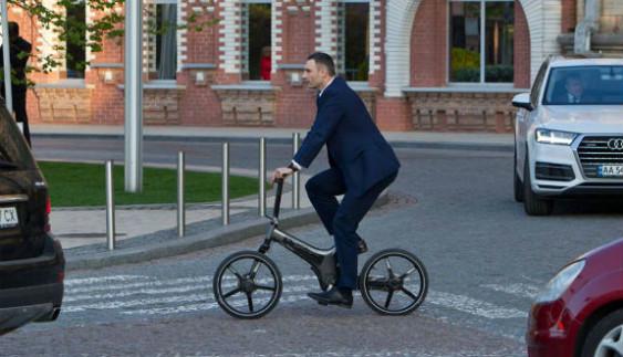 Як мер Кличко у діловому костюмі на електровелосипеді порушує ПДР