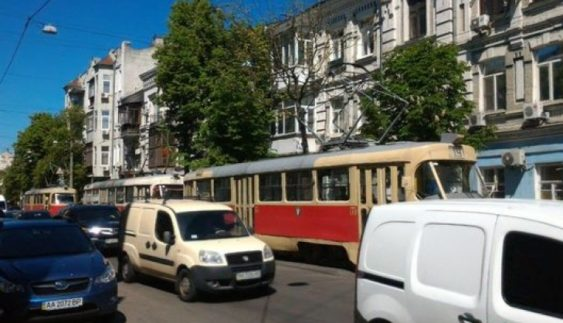 У Києві дві машини зупинили трамваї на Подолі (фото)