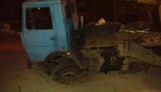 Українські дороги: автокран провалився під асфальт (ФОТО)