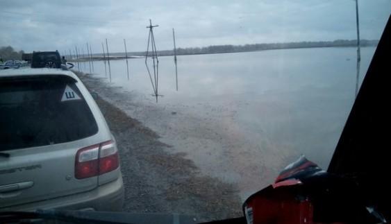 Вражає: автомобіль потонув у величезній калюжі (ФОТО)
