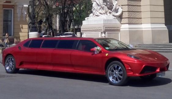 В Україні помітили лімузин Ferrari