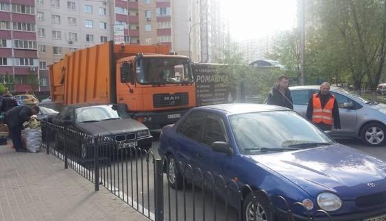 """У Києві працівники сміттєвоза влаштували """"автохамам"""" """"бадьорий ранок"""""""
