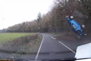 Вражає: як автомобіль зробив переворот в повітрі (відео)
