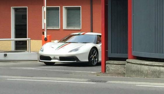 Ferrari вивела на тести загадкову модель