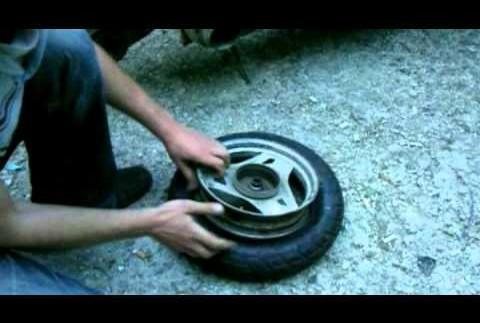 """Як не треба робити: як """"умілець"""" спалив колесо при """"бортуванні"""" (відео)"""