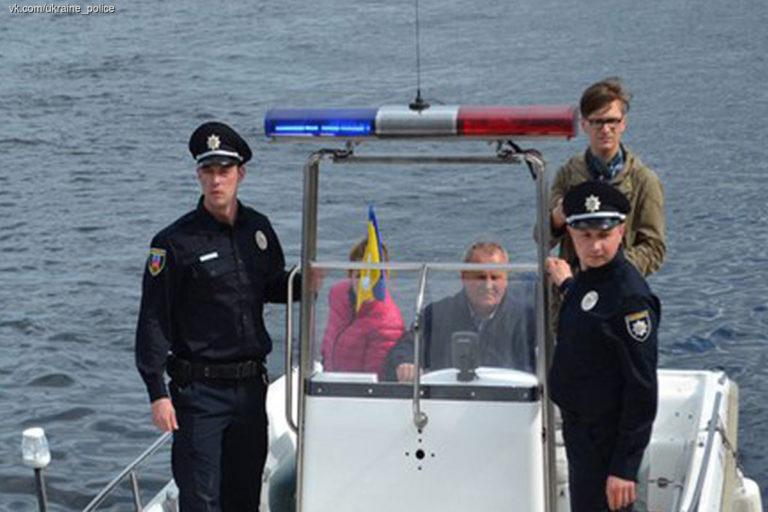 politsiya-peresela-s-toyota-prius-na-katery-video
