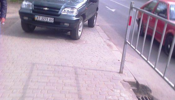 """В середмісті нахабний """"автохам"""" заблокував тротуар"""