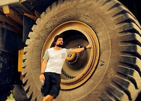 Вражає: як міняють колеса на гігантських кар'єрних самоскидах (відео)