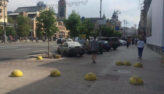 Нахабні водії руйнують центр Києва, щоб припаркуватися (ФОТО)