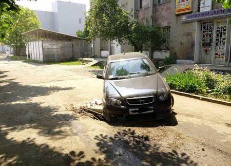 Автомобілі йдуть під землю на українських дорогах (Фото)