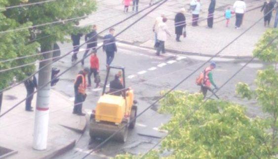 """Як дороги в Україні асфальтують """"по мокрому"""""""