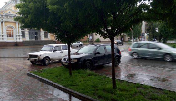 """Черкаський """"автохам"""" нахабно припаркувався посеред тротуару (ФОТО)"""