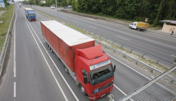 Вантажівкам заборонили їздити вдень