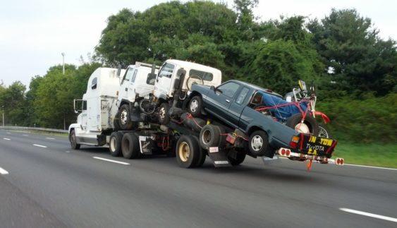 Фото дня: як не треба перевозити автомобілі